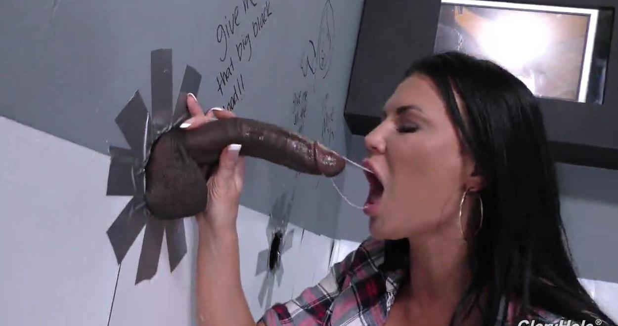 Межрассовый секс с черным и грудастой бабой через дырку в стене