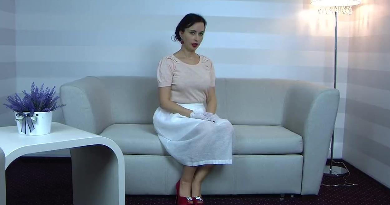 Женщина В Розовом Белье И Чулочках Кончает От Мастурбации