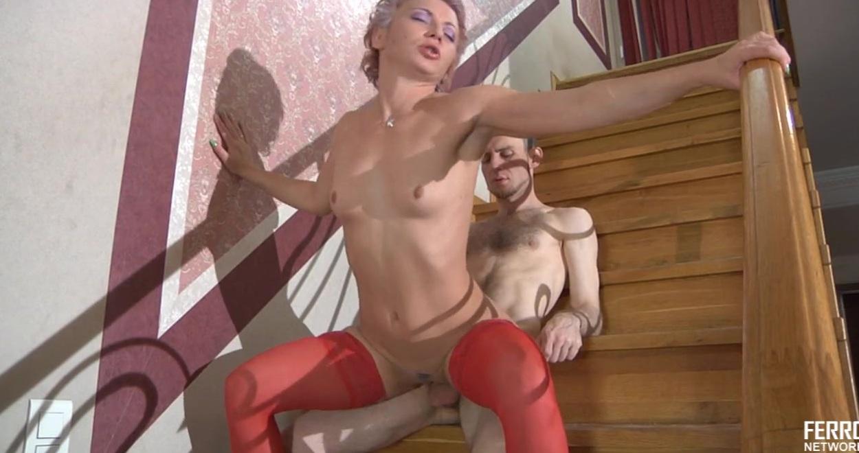 Русскую в красных чулках смачно жарит на лестнице гопник