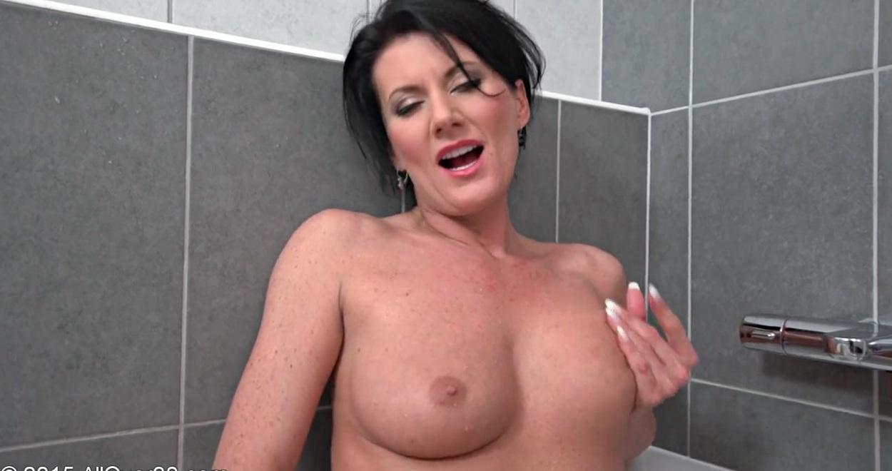 Сексуальная Gracie показывает красивую фигурку голая на стуле