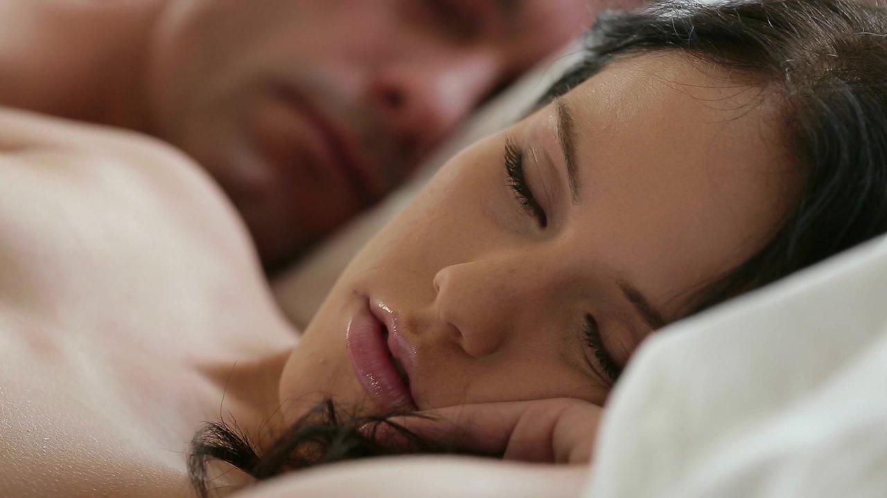 Утренний секс миниатюрной Меган со своим мужчиной