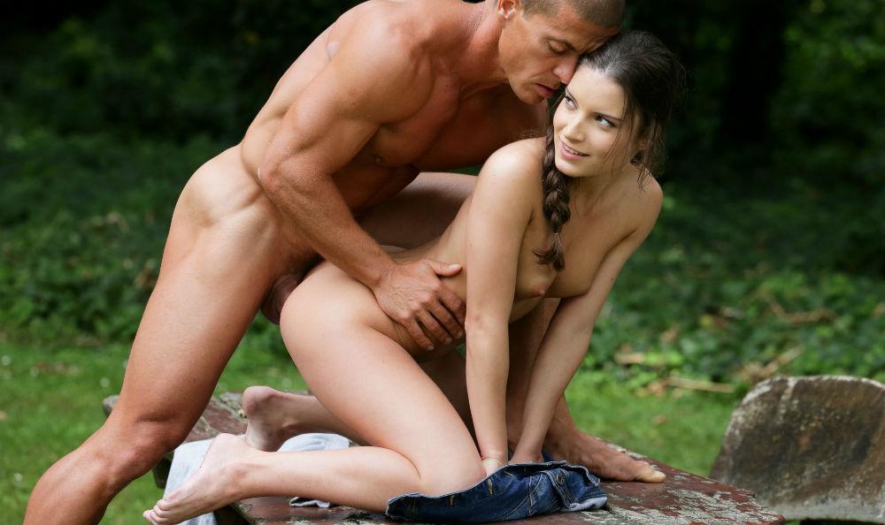 Анальный секс с миниатюрной милашкой на скамейке в саду