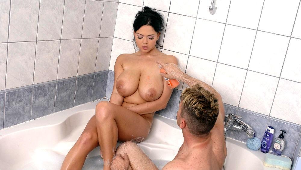 Интим фото подруги в ванне